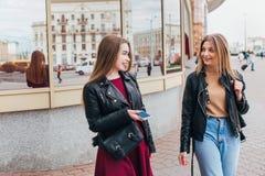 приятельство город говоря 2 женщинам Стоковая Фотография RF