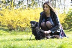 Приятельство девушки и собаки Стоковые Фото