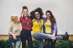Приятельство единения друзей счастливое наслаждается концепцией Стоковое Изображение RF