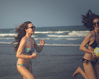 Приятельство женщин играя лето пляжа волейбола Стоковые Изображения RF