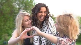 приятельство истинное Подруги имея потеху и счастливый для того чтобы быть совместно движение медленное сток-видео