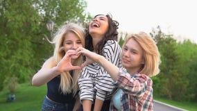 приятельство истинное Подруги имея потеху и счастливый для того чтобы быть совместно движение медленное акции видеоматериалы