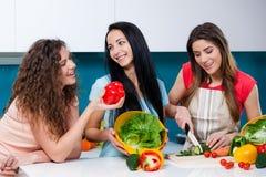 Приятельство и здоровый образ жизни варя дома Стоковая Фотография