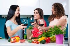 Приятельство и полезного время работы над бокалом вина Стоковые Изображения RF
