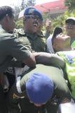 приятельство с wrestle руки между полицией и армией в стадионе держало их сольную центральную Ява стоковые фотографии rf