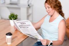 Приятная газета чтения женщины Стоковые Фотографии RF