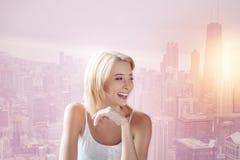 Приятная девушка смотря отсутствующий и смеяться над Стоковое Изображение RF