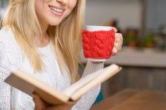 Приятная девушка сидя в кафе Стоковое Изображение RF