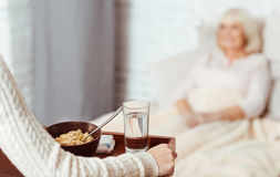 Приятная женщина держа поднос с завтраком Стоковое Фото