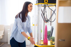 Приятная женщина используя принтер 3d Стоковое Изображение RF