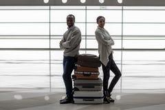 Приятная романтичная пара ждет полет с багажем Стоковое фото RF