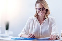 Приятная умная женщина изучая техническую светокопию Стоковое Изображение