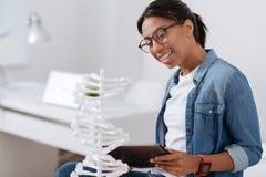 Приятная умная женщина смотря модель дна Стоковое фото RF