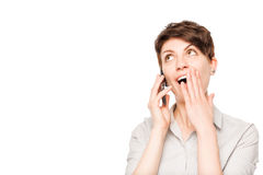 Приятно сотрясенная женщина с мобильным телефоном на белизне стоковое фото rf