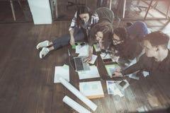 Приятные жизнерадостные коллеги работают совместно Стоковое Фото