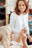 Приятные пожилые пилюльки takign женщины Стоковые Фотографии RF