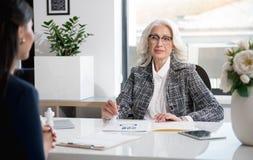 Приятные профессиональные женщины работают в офисе Стоковая Фотография RF