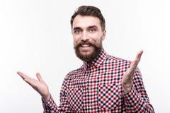 Приятный бородатый человек смотря приятно удивленный стоковая фотография rf