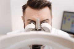 Приятный профессиональный офтальмолог испытывая зрение Стоковое Изображение RF