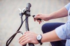 Приятный человек ехать велосипед Стоковое Изображение