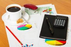 Придайте форму чашки кофе, калькулятор, тетрадь и другие канцелярские принадлежности к предпосылке настольного компьютера Стоковое Изображение