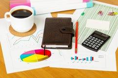 Придайте форму чашки кофе, калькулятор, тетрадь и другие канцелярские принадлежности к предпосылке настольного компьютера Стоковые Фото