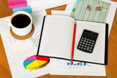 Придайте форму чашки кофе, калькулятор, тетрадь и другие канцелярские принадлежности к предпосылке настольного компьютера Стоковое Изображение RF