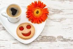 Придайте форму чашки черный кофе усмехнул сердце печенья, влюбленность, цветок Стоковые Фотографии RF