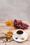 Придайте форму чашки эспрессо кофе, с шоколадом, виноградиной и рябиновкой Стоковые Изображения
