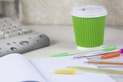 Приданная квадратную форму тетрадь с ручками и cofee цвета Стоковое Изображение RF