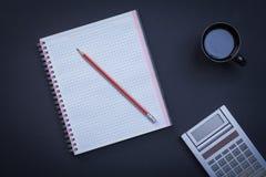 Приданные квадратную форму калькулятор карандаша workbook и чашка  Стоковое Фото