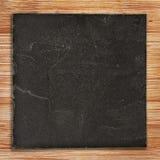 Приданный квадратную форму черный шифер на древесине стоковое изображение rf