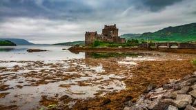 Приливы в озере на Eilean Donan рокируют, Шотландия сток-видео