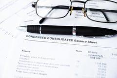 Проанализируйте отчет о отчета о приходах для портфеля ценных бумаг стоковые фотографии rf