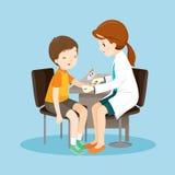 Проба крови доктора Принимать женщины от пациента Стоковая Фотография