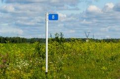 Пробег дорожного знака установленный в поле Стоковая Фотография