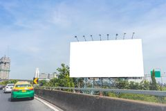 пробел афиши на дороге в городе для рекламировать предпосылку Стоковое Изображение