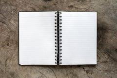 Пробел памятки белой книги открытый на таблице Стоковые Изображения