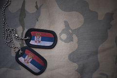 Пробел армии, регистрационный номер собаки с флагом Сербии на хаки предпосылке текстуры Стоковая Фотография