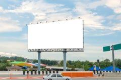 пробел афиши на дороге с предпосылкой вида на город для advertisin Стоковое Изображение