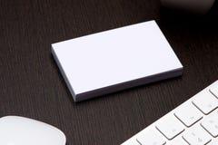 Пробел визитной карточки над кофейной чашкой и ручка на таблице офиса Стоковое Фото