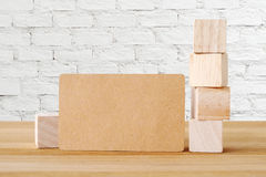Пробел рециркулирует бумажную визитную карточку и деревянные кубы на таблице и Стоковая Фотография RF
