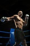Пробивая боксер на боксерском ринге Стоковые Фотографии RF