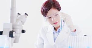Пробирка взятия ученого женщины стоковое изображение rf
