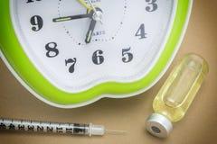 Пробирка и зеленые часы Стоковое Фото