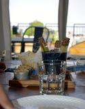 Пробирки заполненные с желтой водой на подносе еды стоковые фото