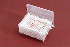 Пробирки хлопка в прямоугольном пластмасовом контейнере на деревянном surfac Стоковые Изображения RF