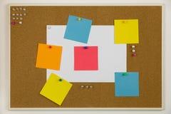 Пробковая доска со штырями и бумагами с напоминаниями и задачами стоковое фото rf