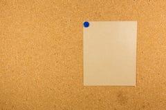 Пробковая доска при липкое прикалыванное примечание Стоковые Изображения RF