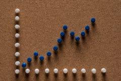 Пробковая доска с голубыми штырями Стоковое Изображение